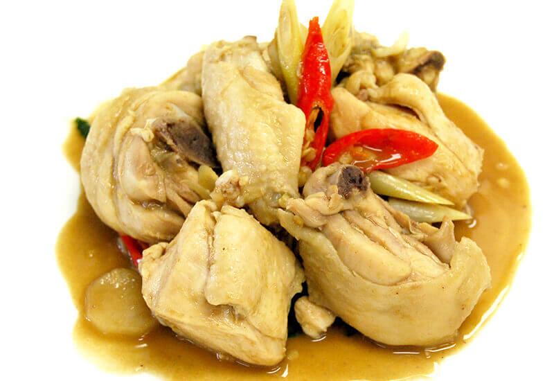 ガイ・ルアン・プラーラー(鶏肉とプラーラーの炒り煮)