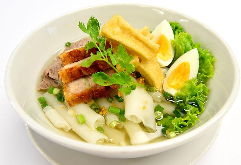 クアイジャップ・ナムサイ(クルクルと巻き上がった米麺のスープ)