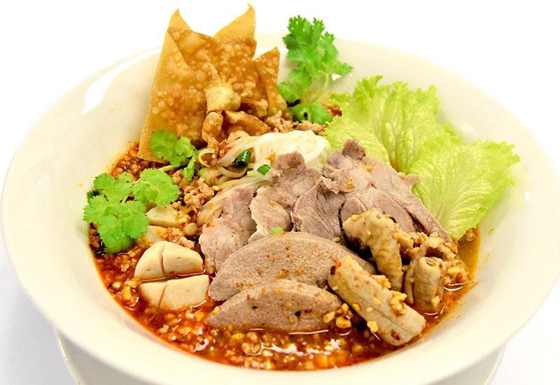 クアイティアオ・ムー・トムヤム・ナムプリックパオ(豚肉のライスヌードル(チリインオイル風味))