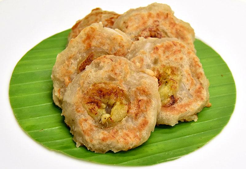 カノム・クルアイ・チー・マプラオオーン(バナナとココナッツのタイ風パンケーキ)