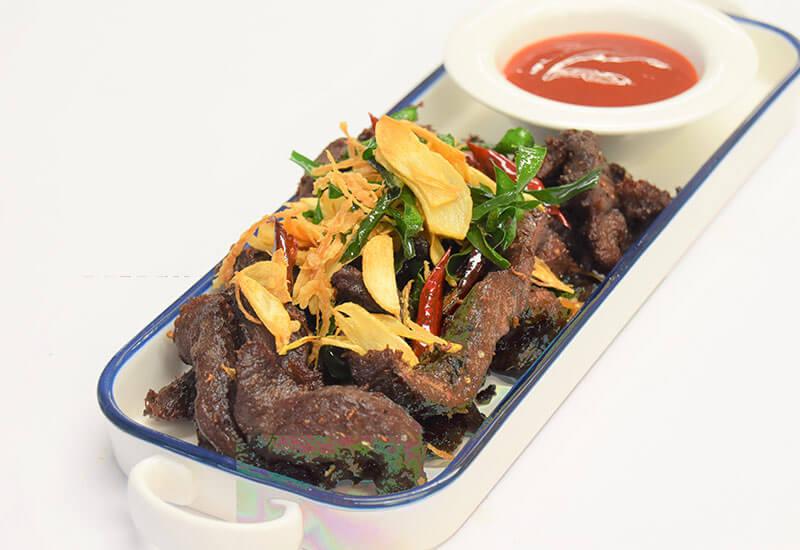 ヌア・デート・ディアオ・サムンプライ(干し肉とたっぷりハーブの揚げ物)