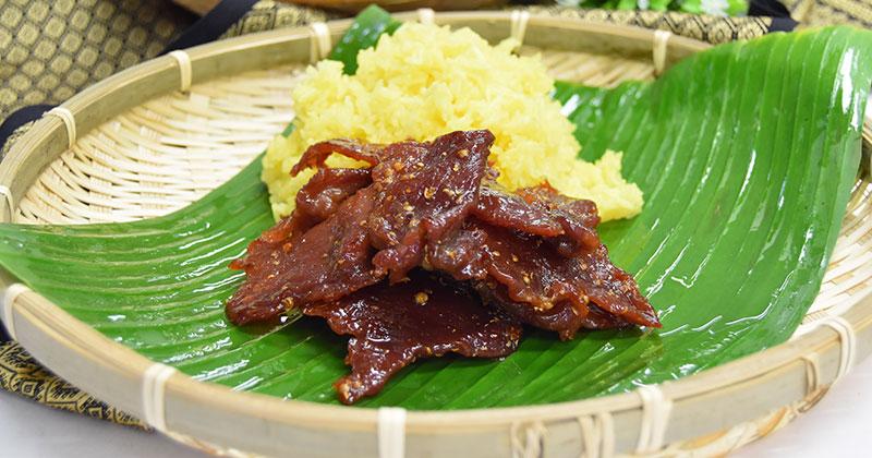ムー・サワン・トート+カオニャオ・カミン(ムー・サワン・トート+ターメリック風味のもち米)