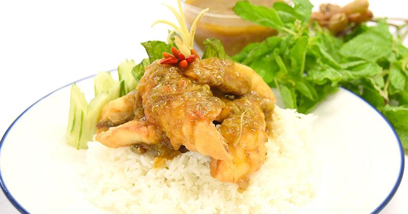 カオ・プラートート・ソースキーマオ(キーマオソースがけ揚げ魚ご飯)